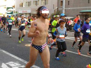 東京マラソン2017でなんとパンツ一丁ランナー
